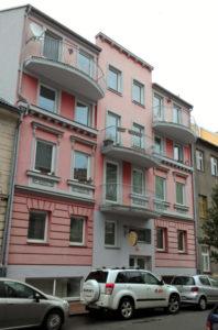 Takto vypadá bytový dům, pro který jsme zpracovali PENB, při pohledu z ulice.