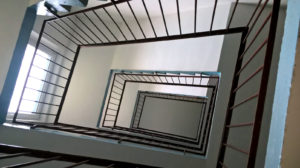 Pohled schodištěm nahoru, PENB Planá nad Lužnicí