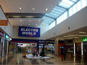 Jednou z mnoha prodejen je i známý prodejce elektroniky Electroworld